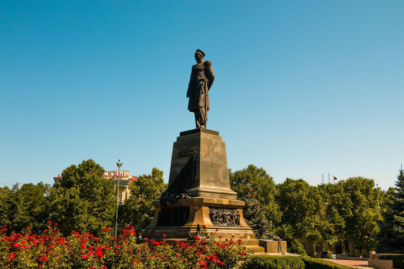 Крым. Памятник Нахимову в Севастополе
